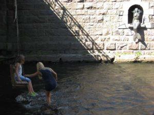 3 Nixen unter der Brücke